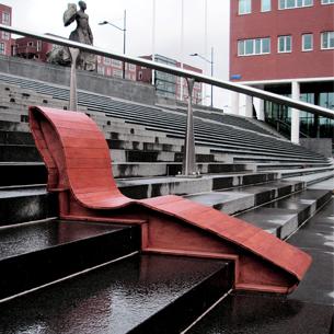 Voor het project Flowniture moest er een meubel ontworpen worden voor een specifieke locatie. De gekozen locatie was  de Anton de Komplein in de Bijlmer. Op de plein bevind zich een groot opvallend trap waar de lokale gemeenschap graag samenkomen en zitten om te praten.